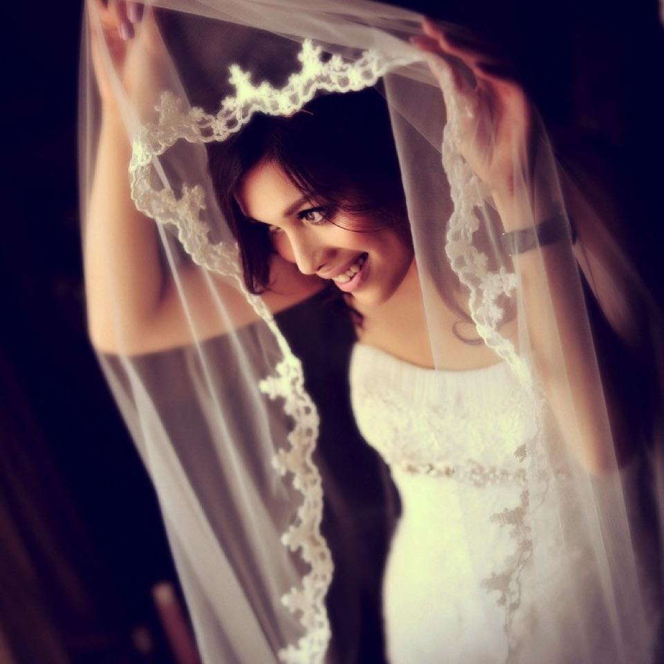 利用窗户光的新娘肖像